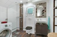 Mycket fint helkaklat badrum