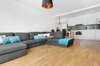 Här finns plats för en rejäl soffa samt matsals