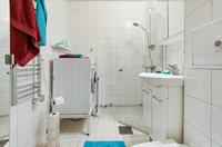 Helkaklat stambytt badrum ( Obs , tvättmaskinen kommer ej att vara kvar )