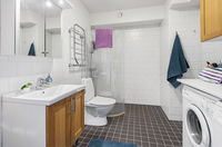 Rymligt helkaklat badrum
