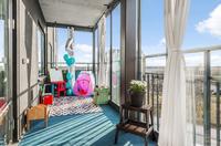 Stor balkong med plats både för balkongmöbler och lekhörna