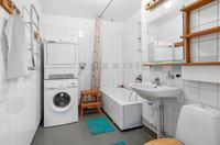 Rymligt badrum , tvättpelaren kommer att vara kvar