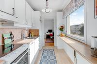 Ordentligt arbetskök med sittplats , kök mot sovrum