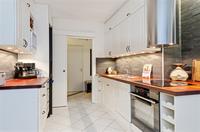 Fint kök med gott om förvaringsmöjligheter