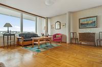 Stora vackra fönster ger gott om ljus i denna fina bostadsrätt