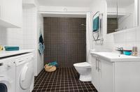 Fräscht helkaklat badrum med golvvärme