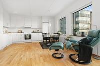 Vardagsrum i öppen planlösning med köket , luftigt och fint kök