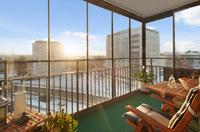 Rymlig inglasad balkong med underbar utsikt